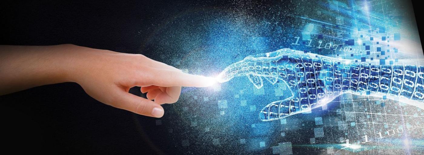 Das Bild zeigt eine meschliche Hand und eine computergenerierte Hand, die sich berühren. Dies ist eine grafische Veranschaulichung des Bereichs Mensch-Maschine Interaktion / Industrie 4.0.
