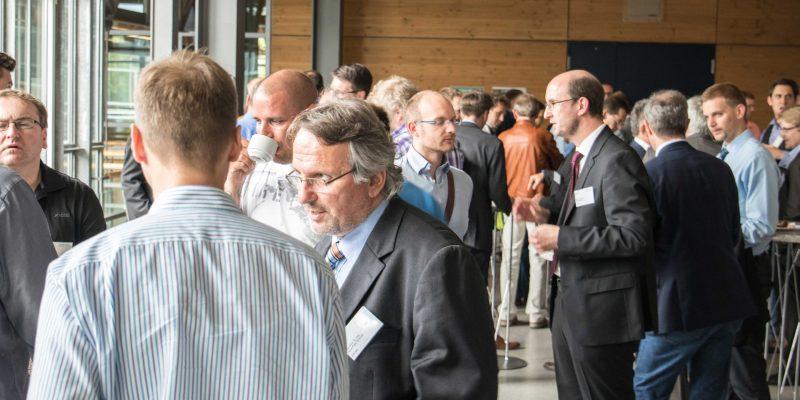 Das Bild zeigt Prof. Hans-Peter Schmidt und Prof. Matthias Wenk im Gespräch mit interessierten Teilnehmern bei der Auftaktveranstaltung.