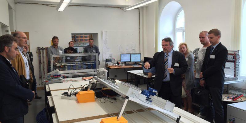 Das Bild zeigt Prof. Hans-Peter Schmidt bei einer Vorführung im Labor Anlagentechnik im Zuge der Auftaktveranstaltung.