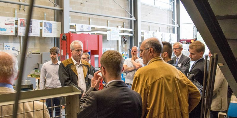 Bild von Professor Wolfgang Blöchl, der Zwischenfragen bei der Laborführung, im Zuge der Auftaktveranstaltung, beantwortet.