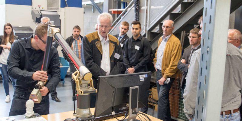 Auf dem Bild wird eine Büste von Albert Einstein mit einem Laser-Scanner bei der Auftaktveranstaltung abgetastet.