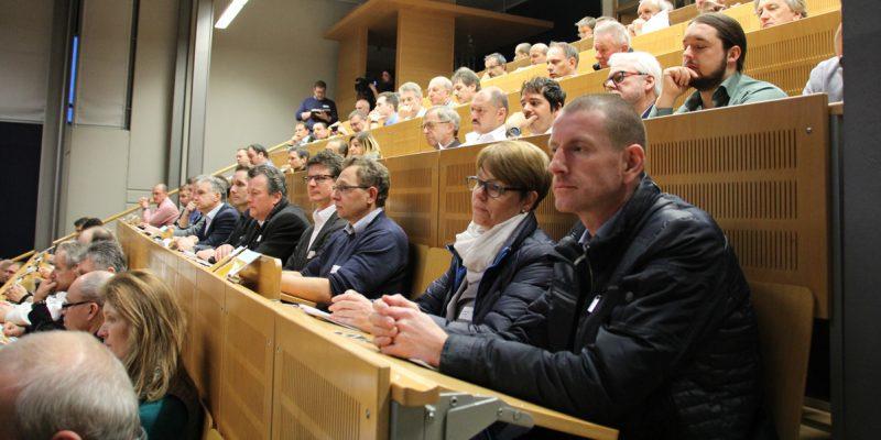 Bild von Besuchern der Veranstaltung im vollbesetztem Siemens Innovatorium