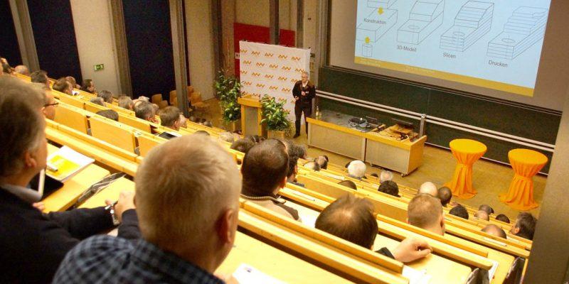 Das Bild zeigt Professor Blöchl beim Vortrag aus der Sicht der Zuschauer