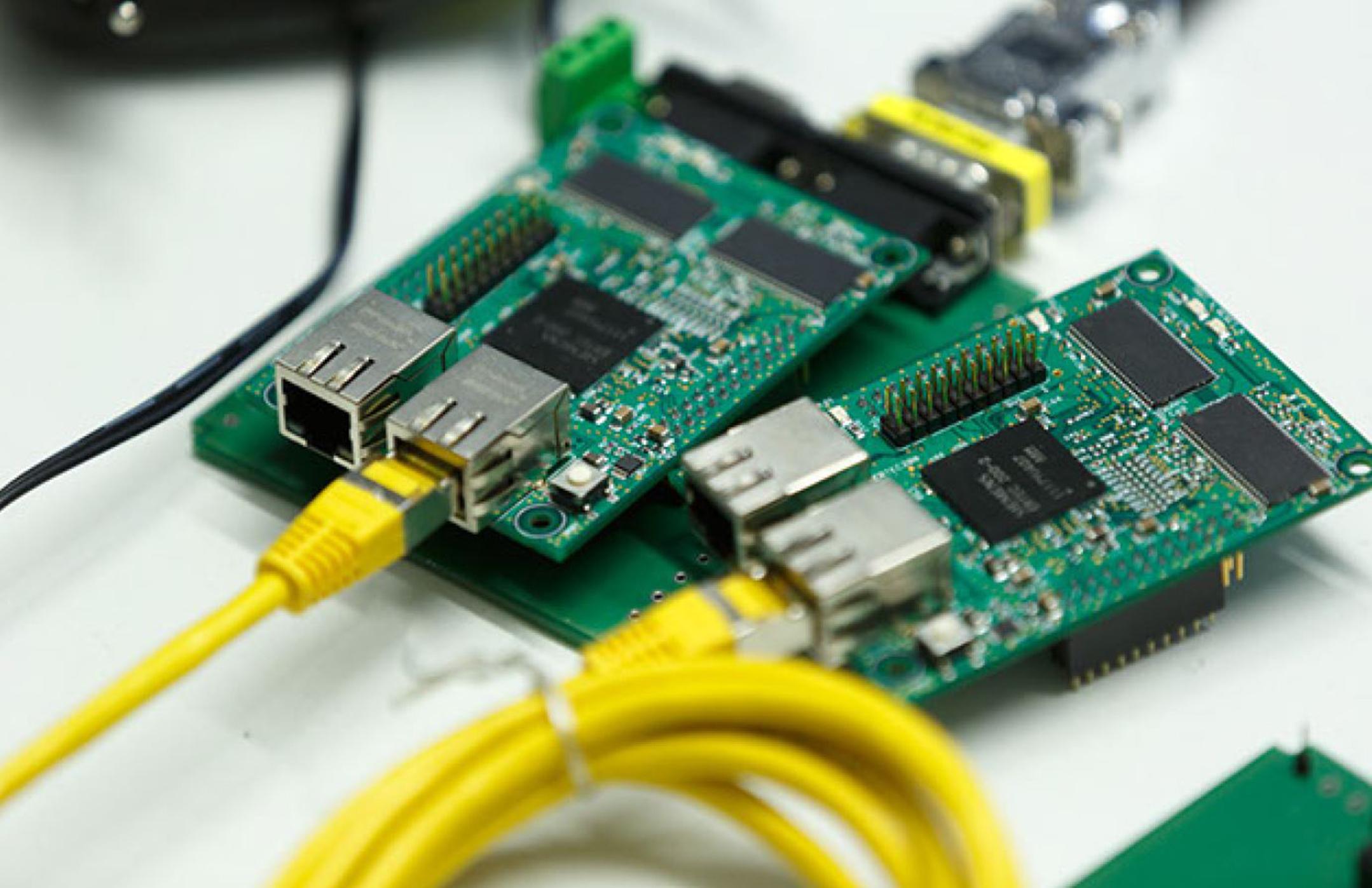Bild von Rapsberry Pi mit Kabeln