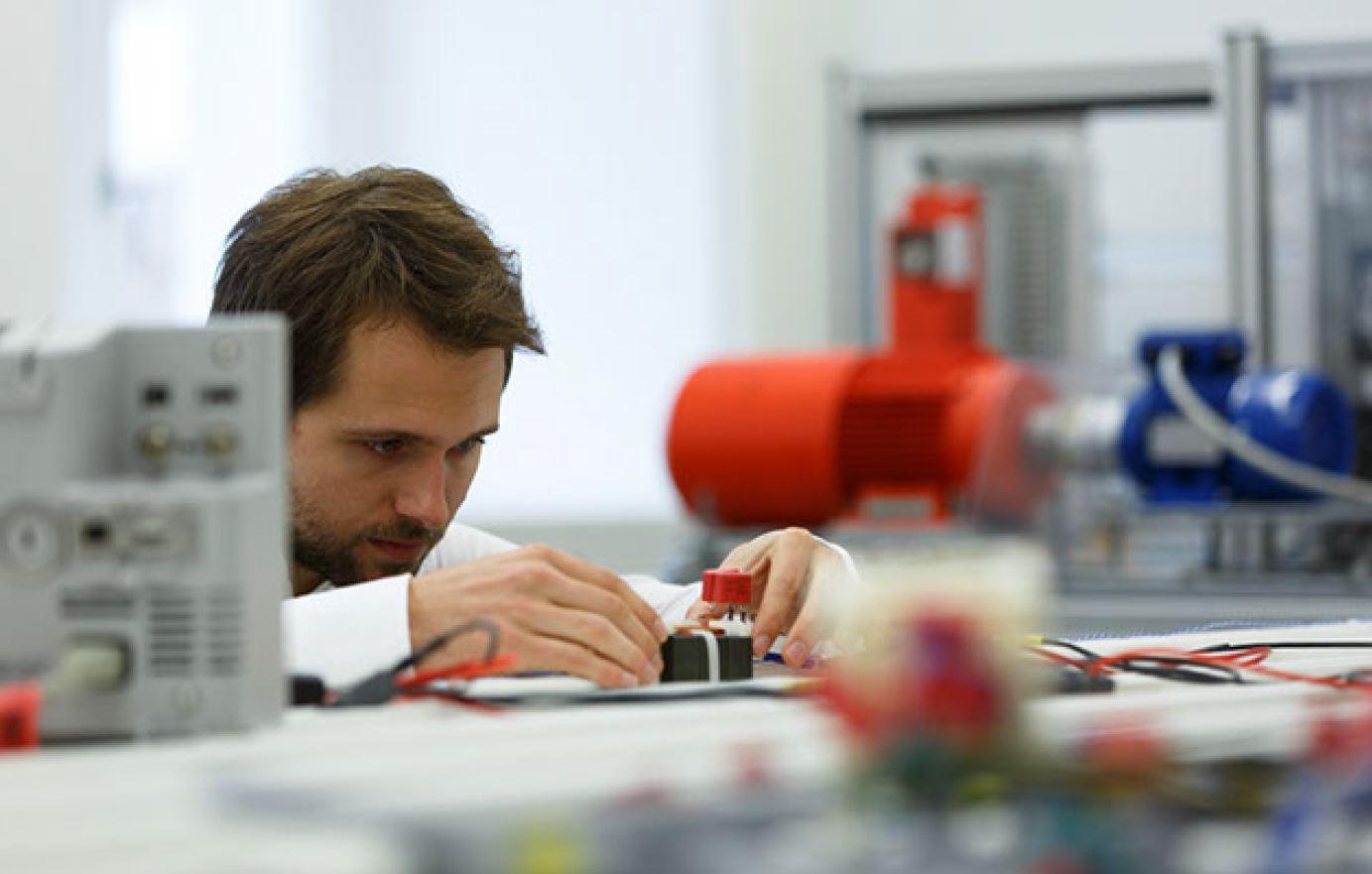 Bild von Andreas Fuchs bei der Arbeit im Labor