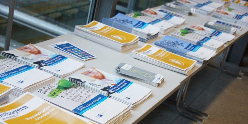 Bild von Informationsmaterial, welches bei der Veranstaltung ausgelegt worden ist.