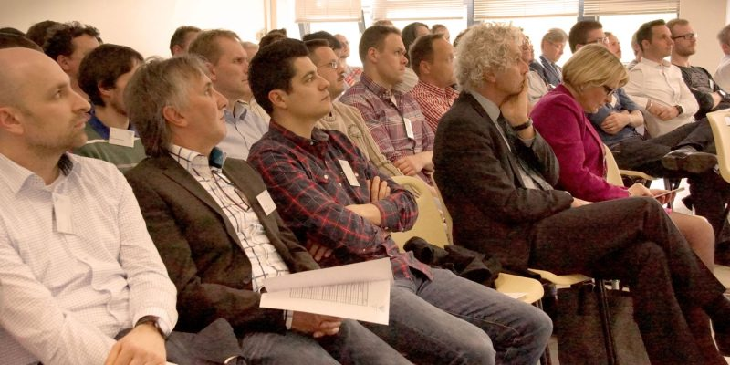 Die Teilnehmer der Veranstaltung beim Verfolgen der Vorträge.