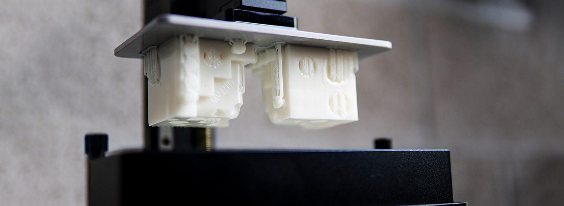 Das Bild zeigt einen 3D-Drucker. Dieser findet Einsatz im Teilbereich Digitale Produktion / Industrie 4.0.